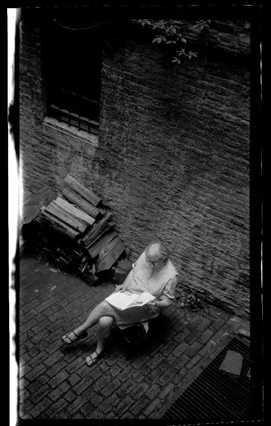 Jacobs reading in the backyard of her Hudson Street home in New York, 1966 (Photo: James Jacobs)
