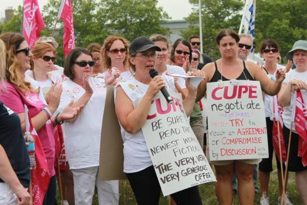 Essex County library works on the picket line. (Photo: CUPE)